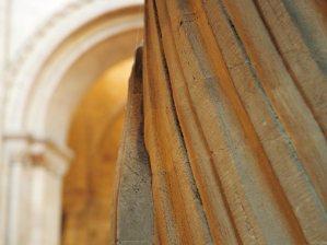 Grooved, spiral column